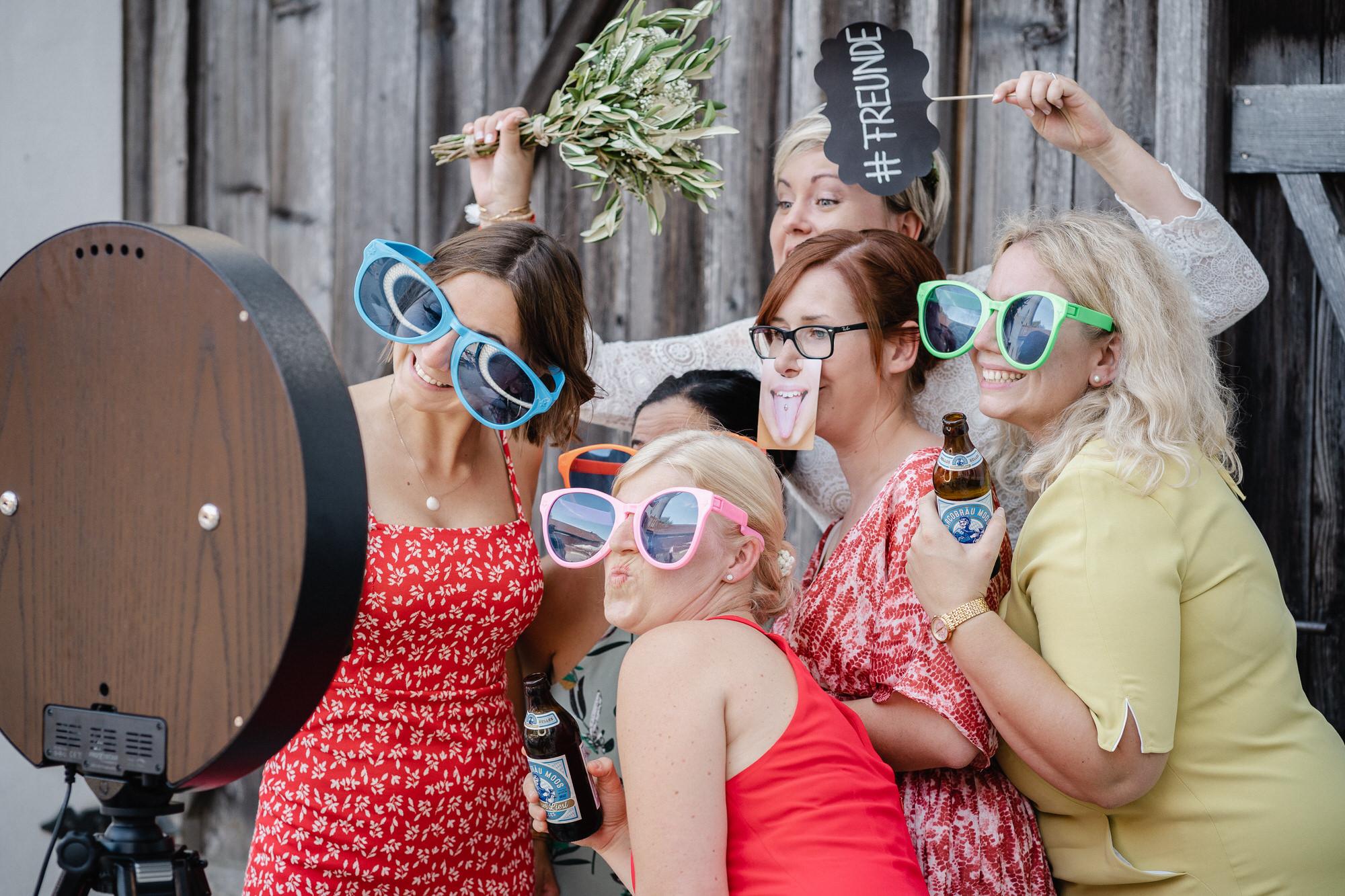 Hochzeitsgäste posieren vor der GIFMeMotion-Fotobox
