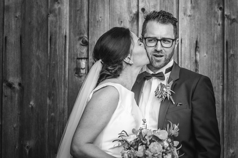 Freie Trauung auf Gut Acieht, Paarshooting, Braut küsst den Bräutigam