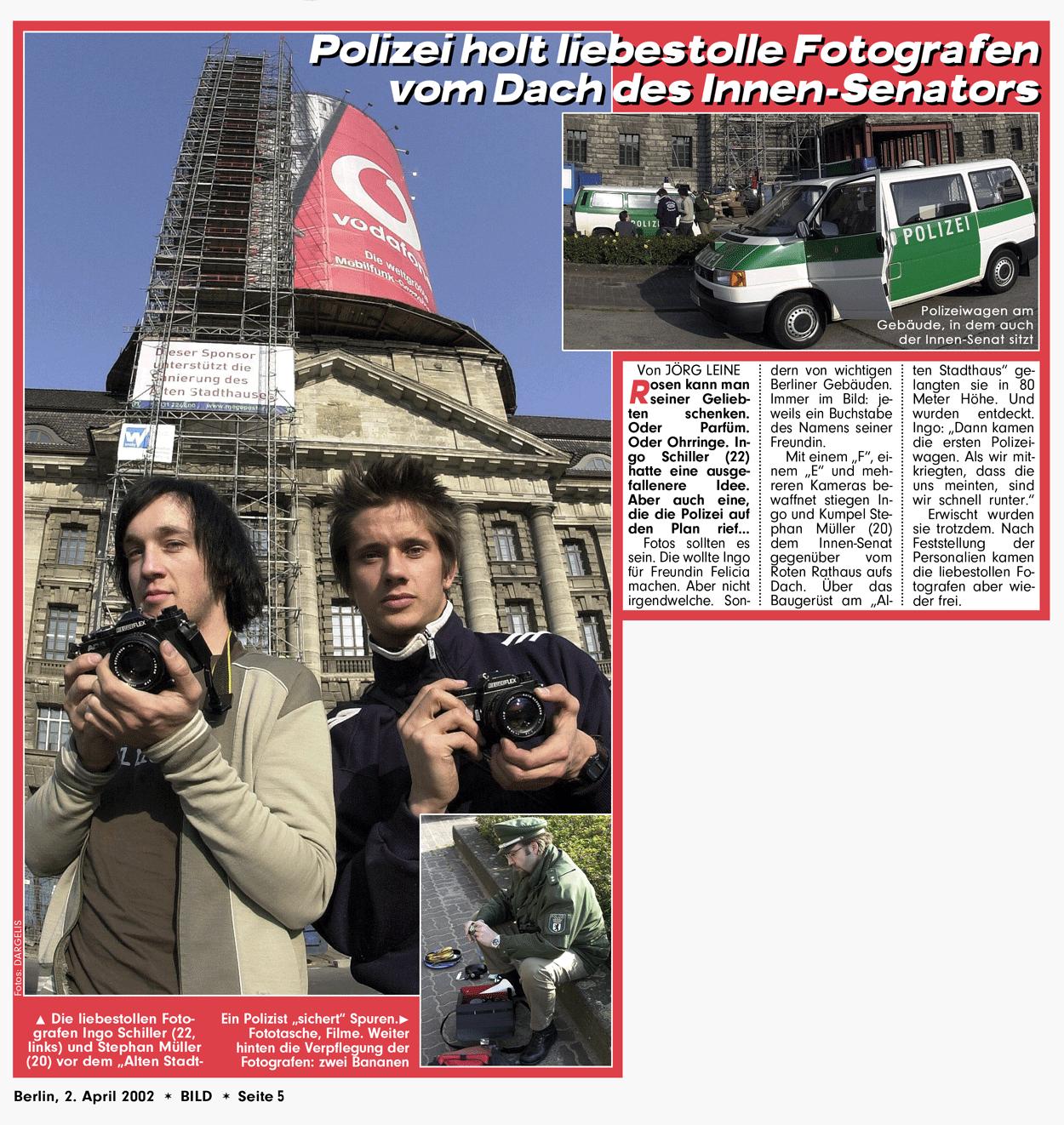 """Zeitungsartikel aus der Bildzeitung mit dem Titel """"Polizei holt liebestolle Fotografen vom Dach des Innensenators"""""""
