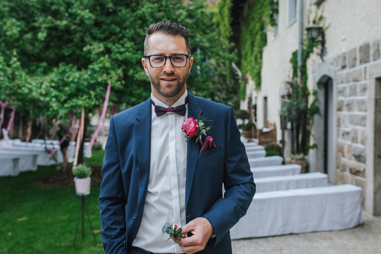 freie Trauung auf Gut Aichet, der Bräutigam blickt in die Kamera