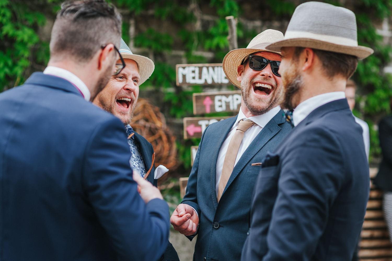 freie Trauung auf Gut Aichet, Gäste lachen bei der Begrüßung