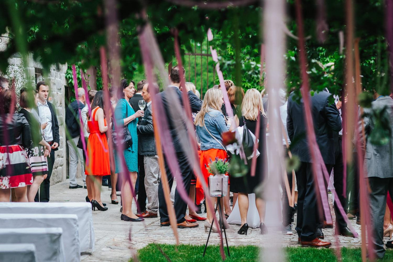 freie Trauung auf Gut Aichet, Gäste stehen bei kühlen Getränken beisammen