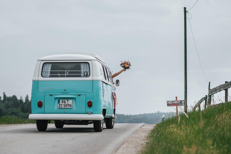freie Trauung auf Gut Aichet, VW-Bulli und der Brautstrauss
