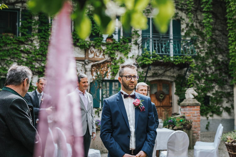 freie Trauung auf Gut Aichet, der bräutigam wartet auf die Braut