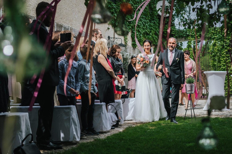 freie Trauung auf Gut Aichet, die Braut wird von ihrem Vater zur Trauung geführt