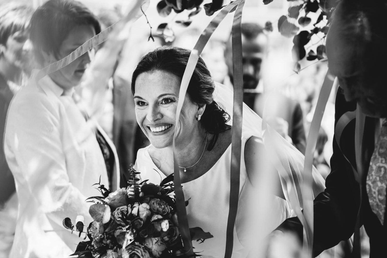 freie Trauung auf Gut Aichet, die Braut lächelt den Bräutigam an