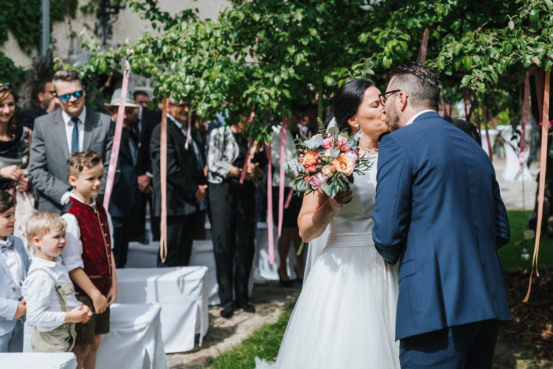 freie Trauung auf Gut Aichet, der Bräutigam küsst die Braut zur Begrüssung