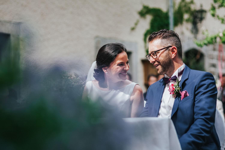 freie Trauung auf Gut Aichet, Brautpaar lacht