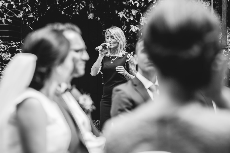 freie Trauung auf Gut Aichet, die Sängerin singt schöne Lieder