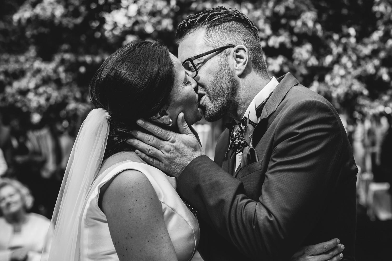 freie Trauung auf Gut Aichet, das Brautpaar küsst sich
