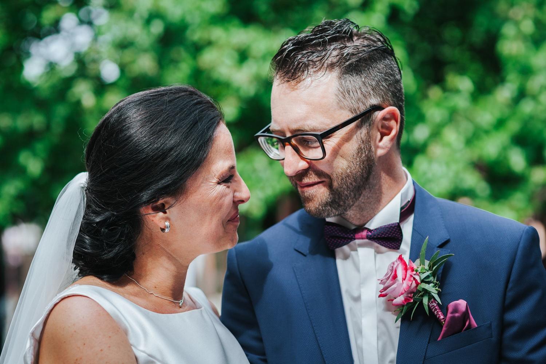 freie Trauung auf Gut Aichet, das Brautpaar schaut sich verliebt an