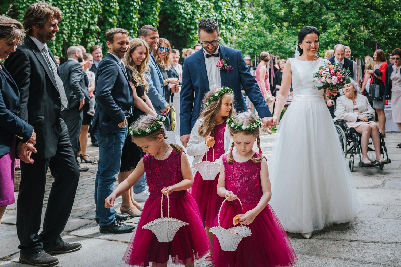 freie Trauung auf Gut Aichet, Auszug des Brautpaares