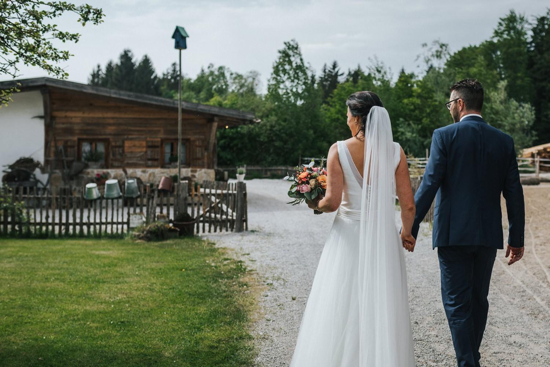 freie Trauung auf Gut Aichet, das Brautpaar kommt an der Jagdhütte an
