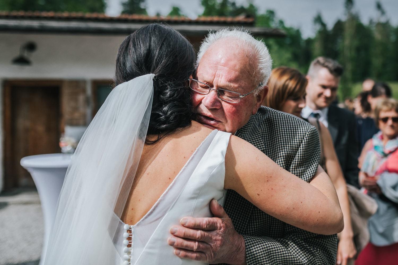freie Trauung auf Gut Aichet, die Braut umarmt ihren Opa
