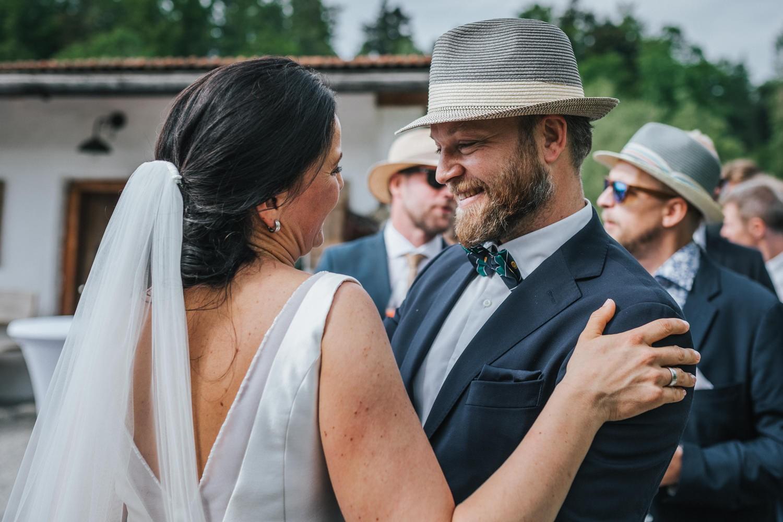 freie Trauung auf Gut Aichet, ein Gast lächelt die Braut an