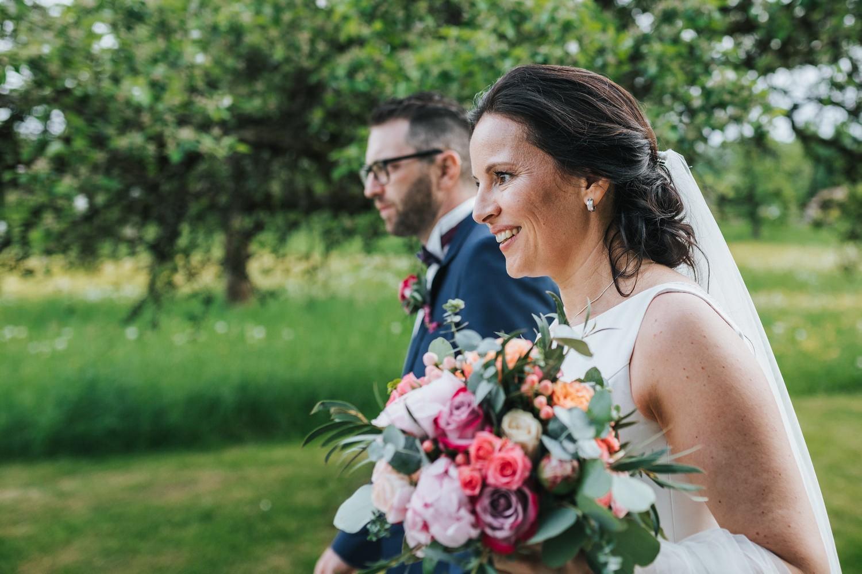freie Trauung auf Gut Aichet, Paarshooting, die Braut lacht