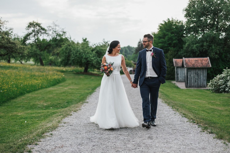 Hochzeit auf Gut Aichet bei Passau, Paarshooting, Paar läuft Weg entlang