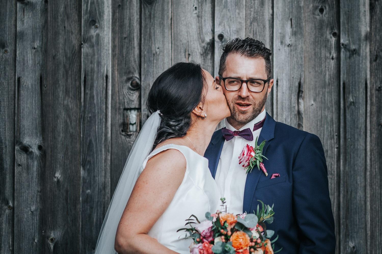 freie Trauung auf Gut Aichet, Paarshooting, Braut küsst Bräutigam