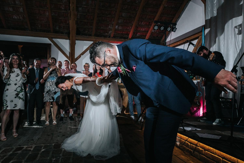 freie Trauung auf Gut Aichet, das Brautpaar verbeugt sich nach dem Hochzeitstanz