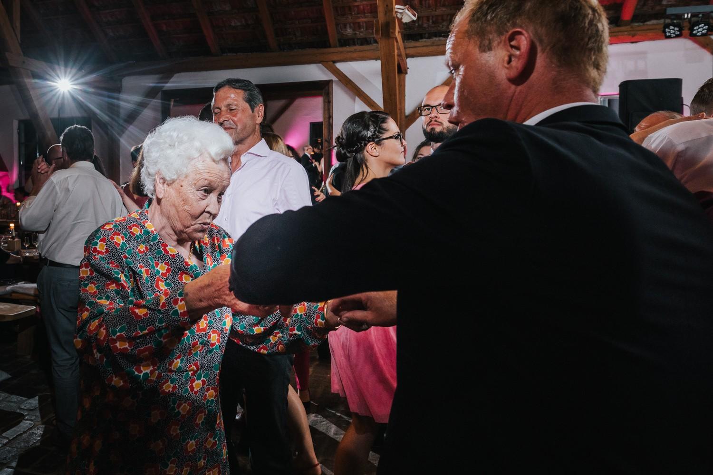 freie Trauung im Gut Aichet, alte Dame tanzt