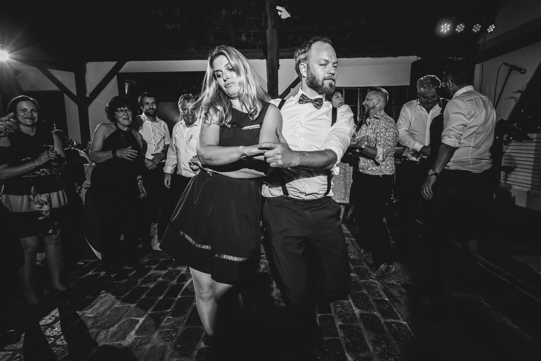 freie Trauung auf Gut Aichet, Mann und Frau tanzen miteinander