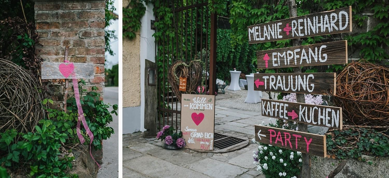 freie Trauung auf Gut Aichet, Holzschilder zur Orientierung der Gäste