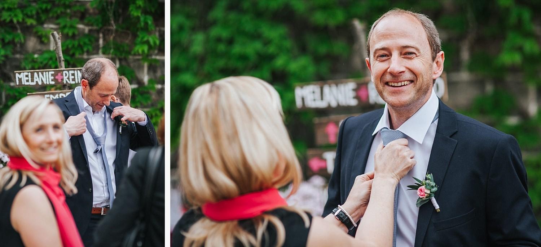 freie Trauung auf Gut Aichet, Mann bekommt die Krawatte von seiner Frau gerichtet
