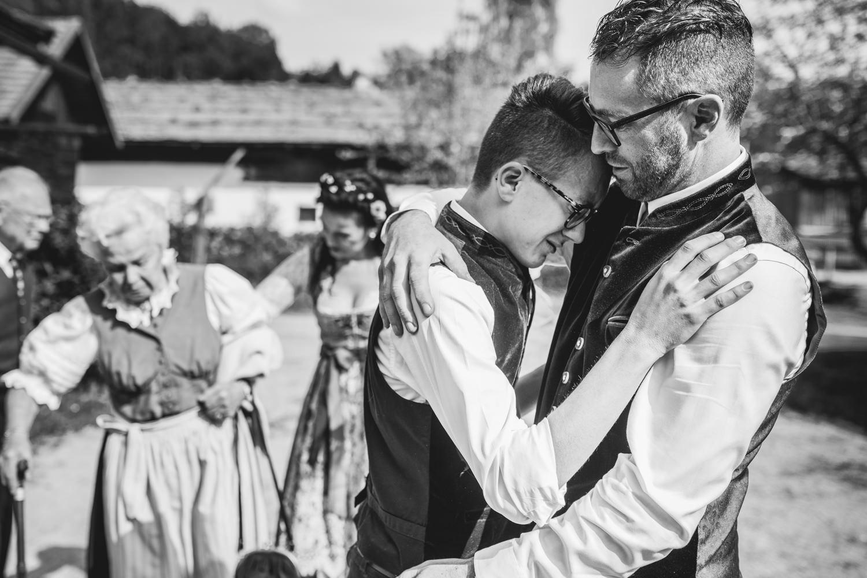 Hochzeit im Museumsdorf Tittling, den Sohn überwältigen seine Gefühle bei der Gratulation