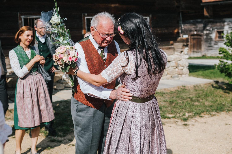 Hochzeit im Museumsdorf Tittling, der Großvater ist bei der Gratulation zu Tränen gerührt