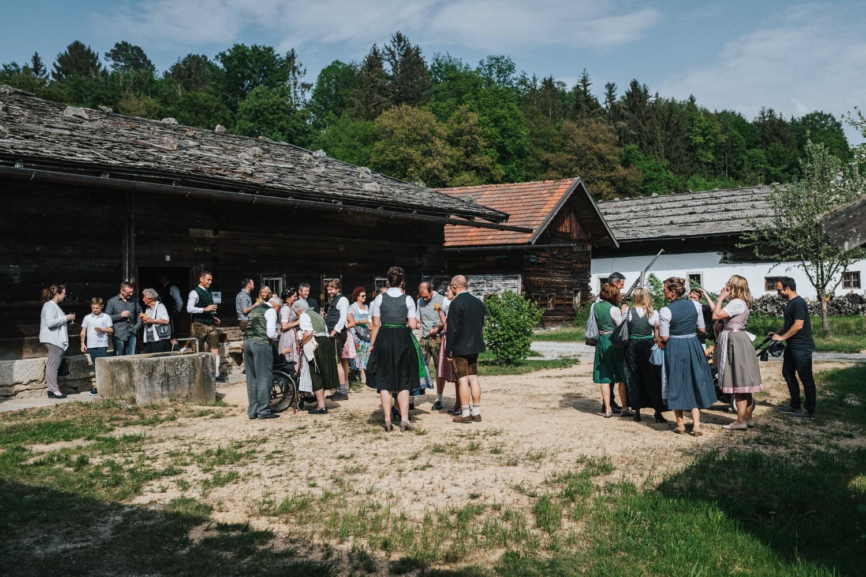 Hochzeit im Museumsdorf Tittling, die Gäste stehen vorm Standesamt
