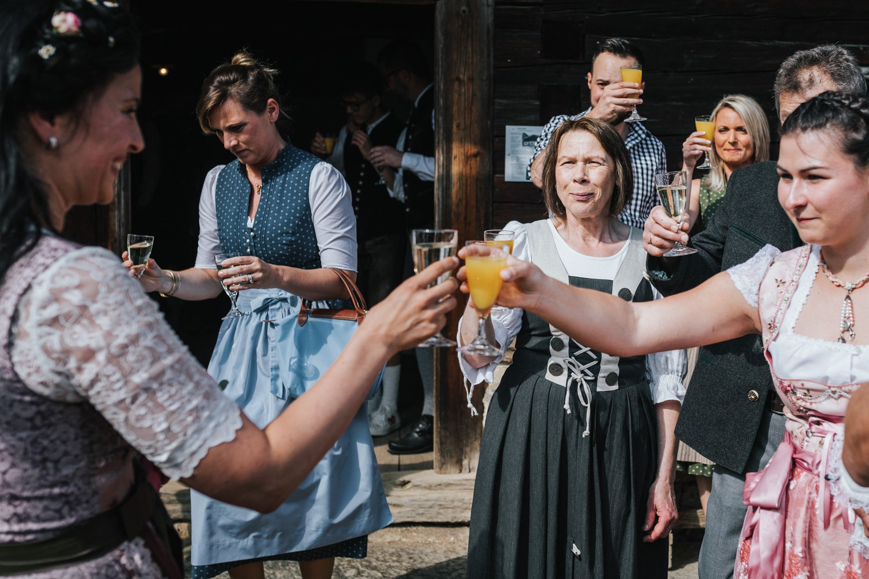 Hochzeit im Museumsdorf Tittling, die Braut stösst mit den Gästen an