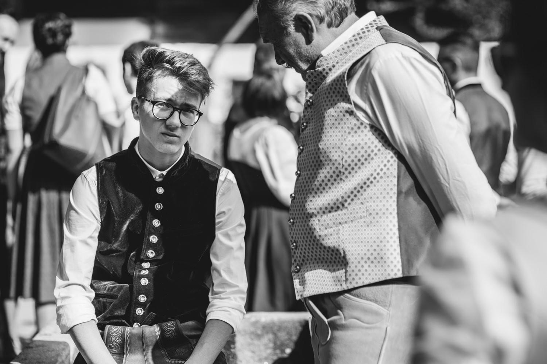 Hochzeit im Museumsdorf Tittling, der Sohn spricht mit seinem Opa