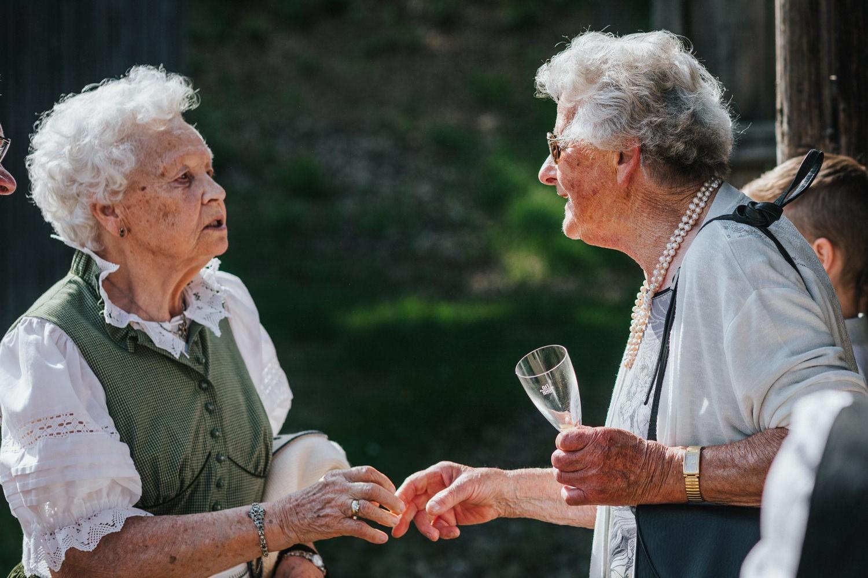 Hochzeit im Museumsdorf Tittling, die Großmütter unterhalten sich