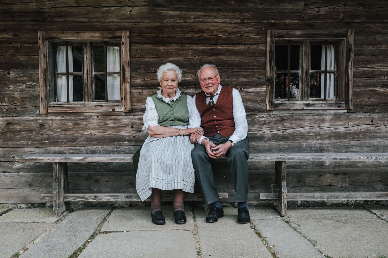 Hochzeit im Museumsdorf Tittling, die Großeltern sitzen beisammen