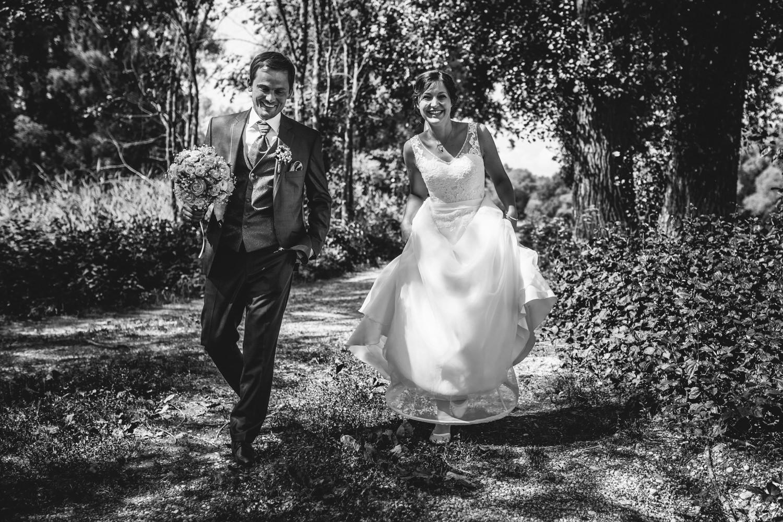 Hochzeit in Deggendorf, Paarshooting, Paar läuft am Weg entlang, lacht in die Kamera