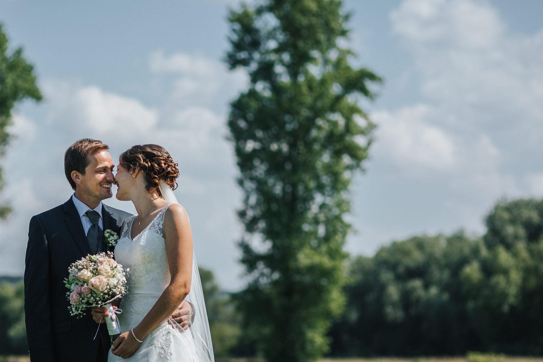 Hochzeit in Osterhofen, Paarshooting, Brautpaar lacht sich an