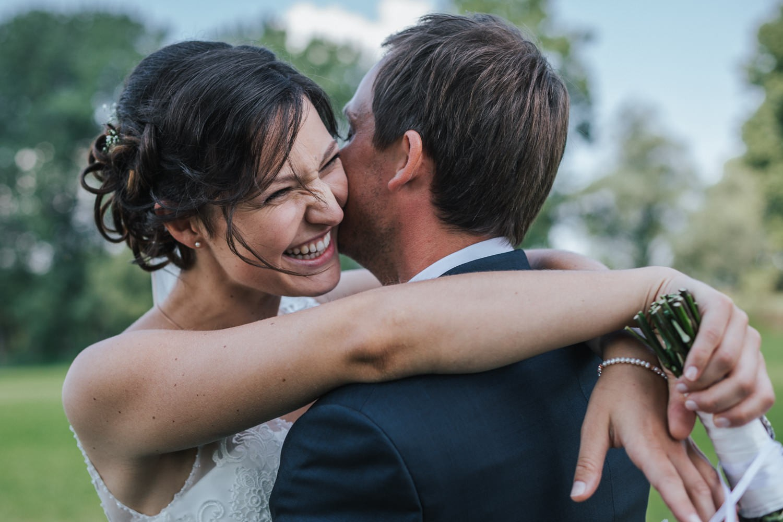 Hochzeit in Osterhofen, Paarshooting am Donauufer, Braut lacht vom ganzen Herzen