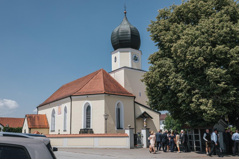 Hochzeit in Osterhofen, kirchliche Trauung in Arbing, die Kriche und die Gäste