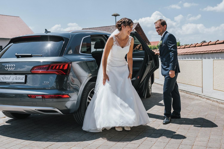 Hochzeit in Osterhofen, kirchliche Trauung in Arbing, das Brautpaar kommt an