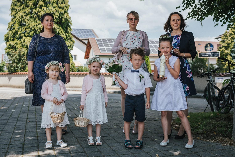 Hochzeit in Osterhofen, kirchliche Trauung in Arbing, die Blumenknder warten auf das Brautpaar