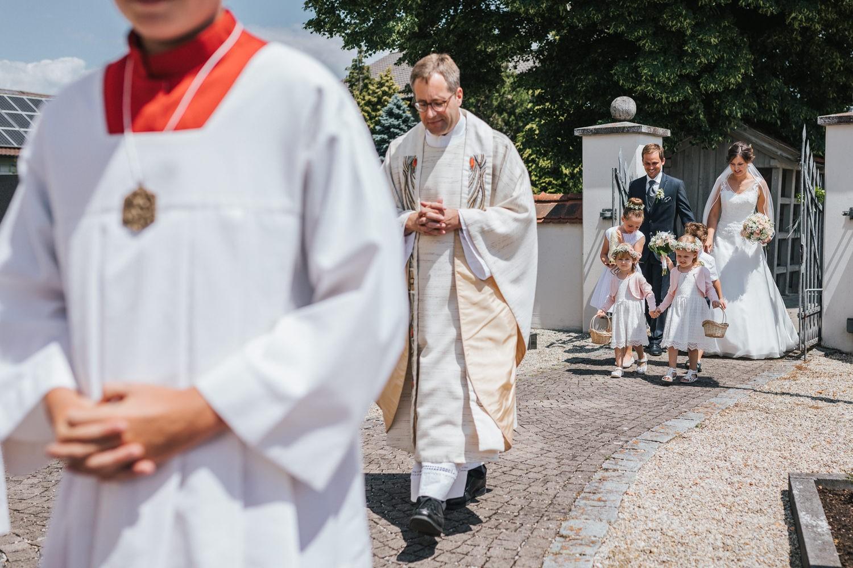 Hochzeit in Osterhofen, kirchliche Trauung in Arbing, Einzug des Brautpaares