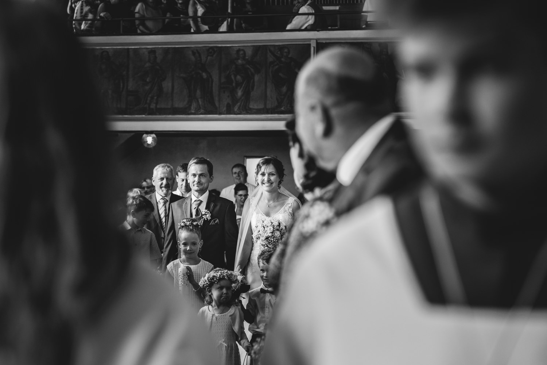 Hochzeit in Osterhofen, kirchliche Trauung in Arbing, das Brautpaar kommt in der Kirche an