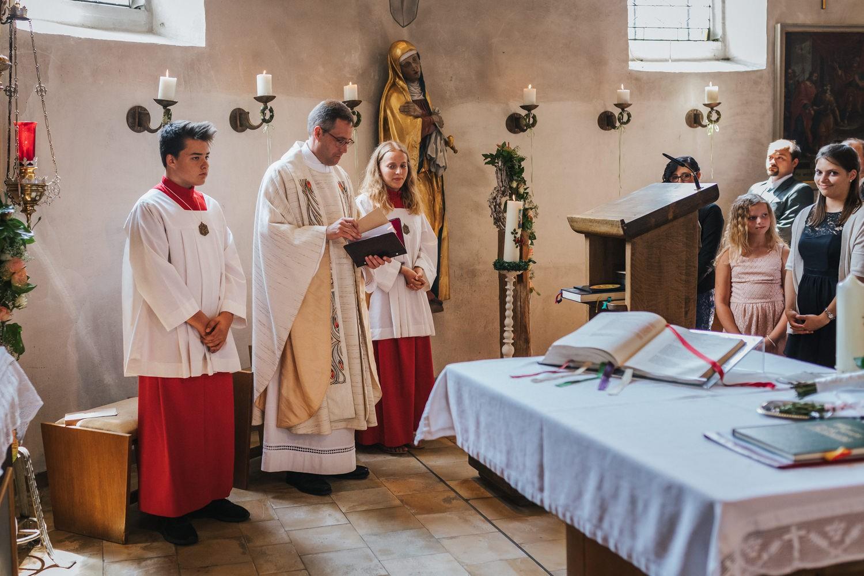 Hochzeit in Osterhofen, kirchliche Trauung in Arbing, der Pfarrer und die Ministranten