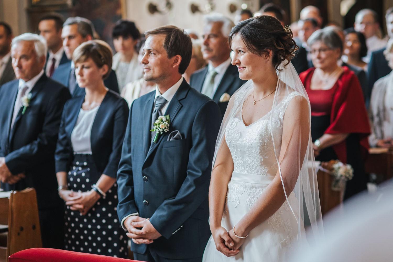 Hochzeit in Osterhofen, kirchliche Trauung in Arbing, die Braut lächelt während der Rede des Pfarrers