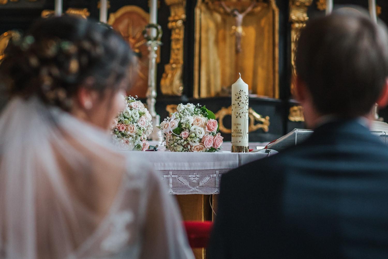 Hochzeit in Osterhofen, kirchliche Trauung in Arbing, Brautstrauss und Kerze