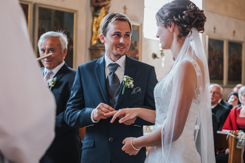 Hochzeit in Osterhofen, kirchliche Trauung in Arbing, der Bräutigam steckt der Braut den Ring an