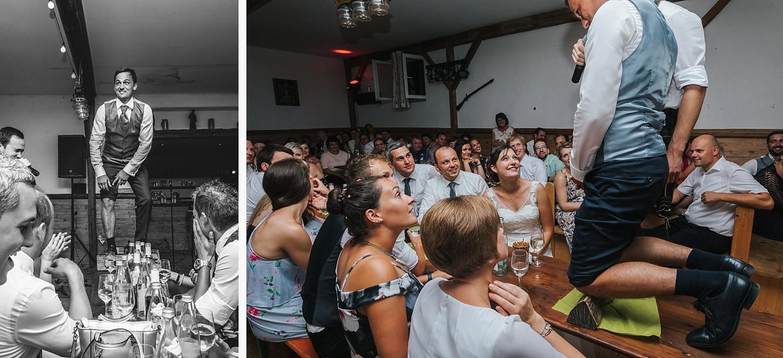 Hochzeit im Nothaftgewöbe Hengersberg, Deggendorf, Bräutigam muss sich während des Brautstehlens auf einen Holzscheid knien