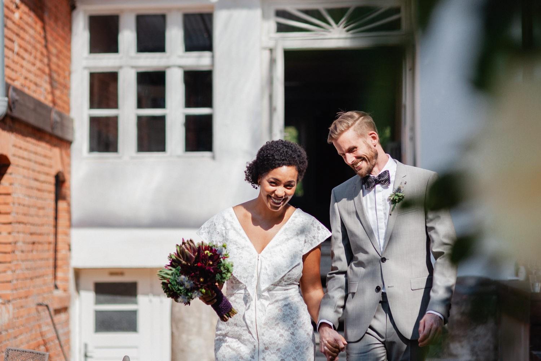 ochzeit in Dobbrikow, freie Trauung, das Brautpaar läuft zur Zeremonie