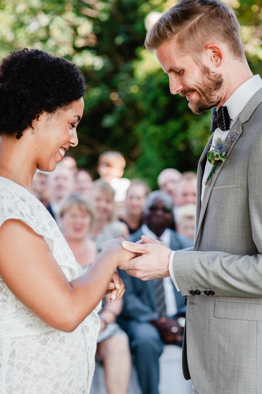 Hochzeit in Dobbrikow, freie Trauung, Brautpaar bei der Ringübergabe