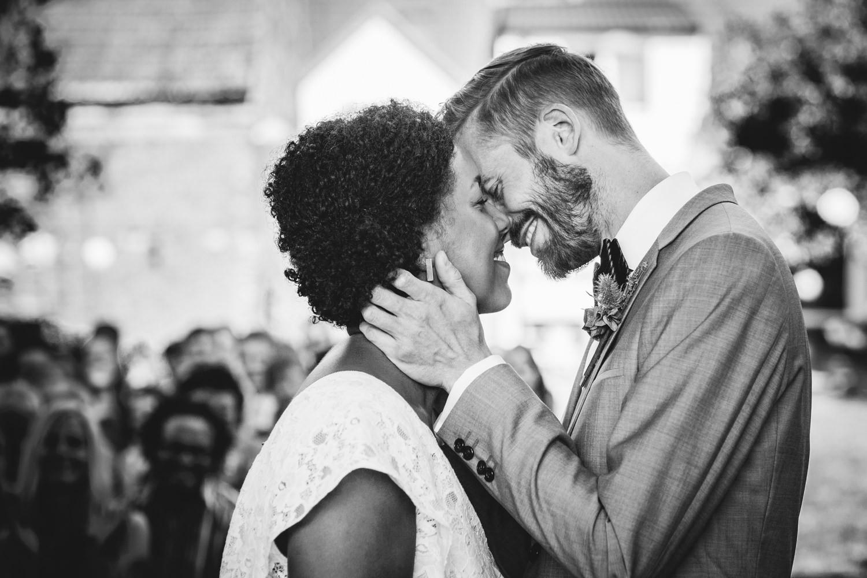 Hochzeit in Dobbrikow, freie Trauung, Brautpaar küsst sich